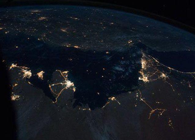 صورة للإمارات وقطر ليلا من الفضاء