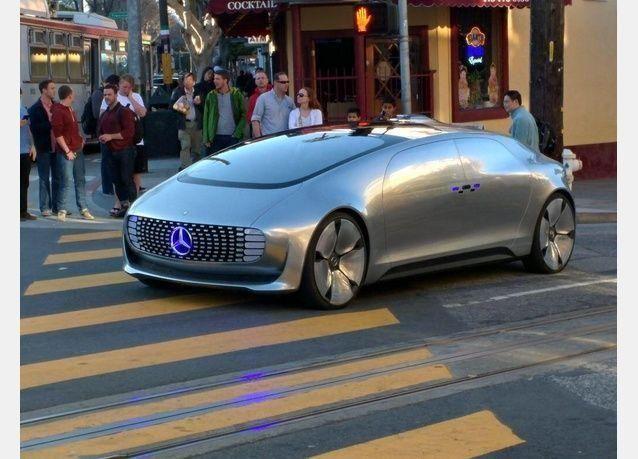 سيارة مرسيدس بدون سائق تذهل المارة في سان فرانسيسكو