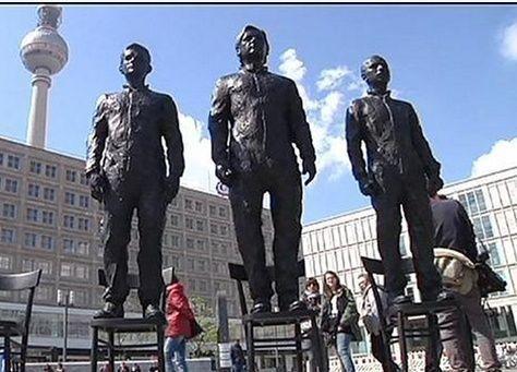 """نصب تماثيل """"لابطال الحقيقة"""" سنودن وأسانج ومانينغ في برلين"""