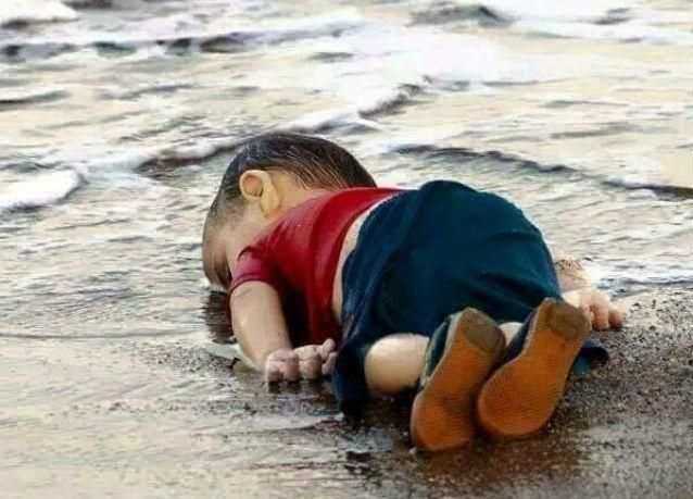 بينهم 5 أطفال .. عدد الغارقين يرتفع إلى 12 في طريق مركبتين إلى جزيرة يونانية