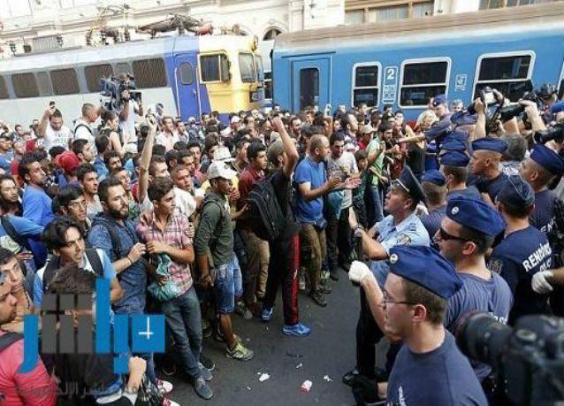 مهاجرون يقتحمون قطارا بمحطة رئيسية في بودابست