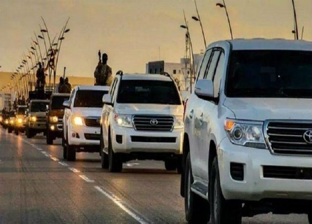 فيديو:قافلة من 200 سيارة لداعش تسير بحماية مروحية أباتشي أمريكية