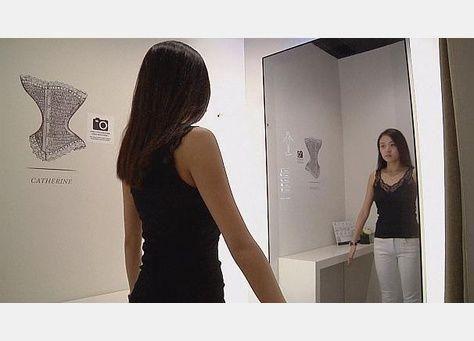مرآة ثلاثية الابعاء تساعد على اختيار حمالات الصدر دون عناء