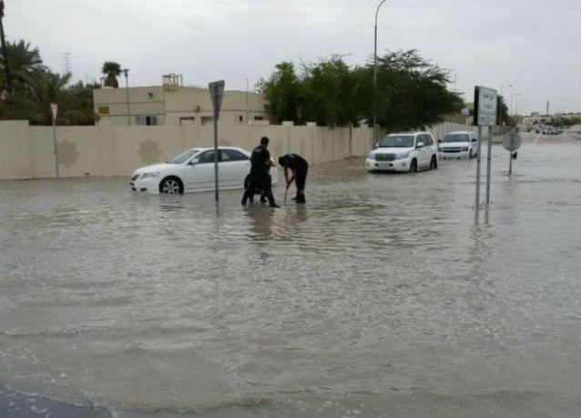 """الأمطار الغزيرة تشل الحركة المرورية في قطر وتداهم """"مطار حمد بالدوحة"""""""