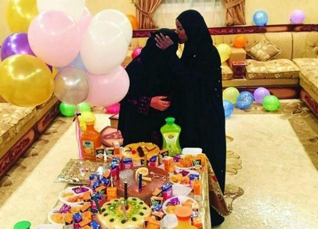 عائلة سعودية تودع خادمتها الإثيوبية بالأموال والذهب