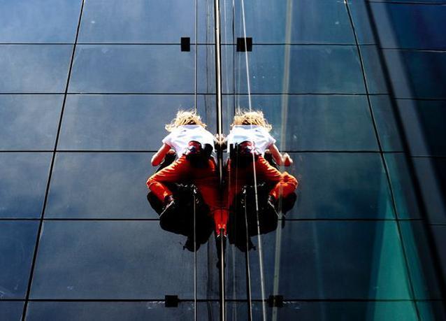 صور الرجل العنكبوت الذي تسلق برج خليفة يتسلق برجاً في رومانيا