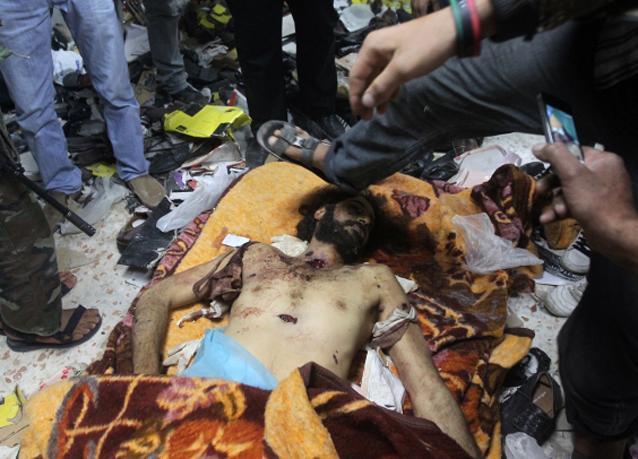 بالصور: جثتا معمّر القذافي ونجله المعتصم