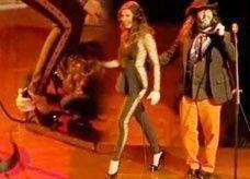 مغني إسباني خوسيه غالفيز يغني مع عجرم ويعبر عن إعجابه بتقبيل قدميها!