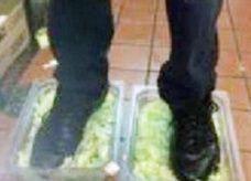 كشف هوية موظف في برجر كنج نشر صورا يدوس فيها على الطعام