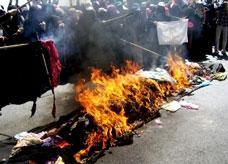 اليمنيات يستنجدن بحرق البرقع