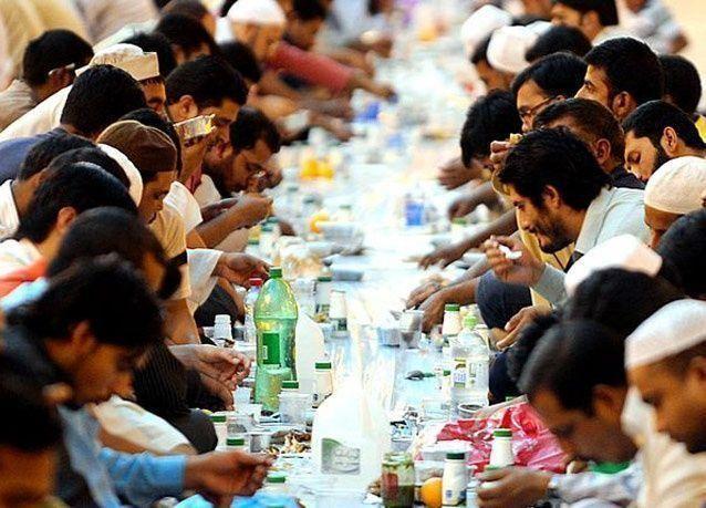 بالصور: إفطار العمال الأجانب في السعودية