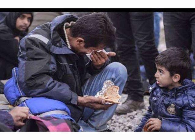 بالصور: لقطات مؤثرة لطفل سوري يواسي والده أثناء رحلتهم لبلاد اللجوء