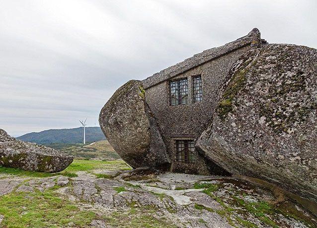 بالصور: منزل غريب منحوت من صخور الغرانيت في البرتغال
