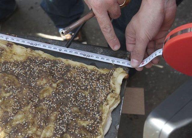 """بالصور: لبنان تحطم الرقم القياسي لأطول منقوشة """" زيت وزعتر"""""""