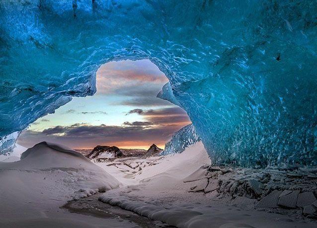 بالصور : أجمل الكهوف الجليدية المتلألئة بالكريستال الأزرق في آيسلندا