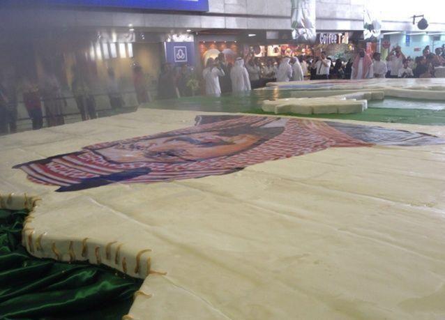 """أكبر """"كعكة"""" في العالم بمطار الملك عبدالعزيز بجدة"""