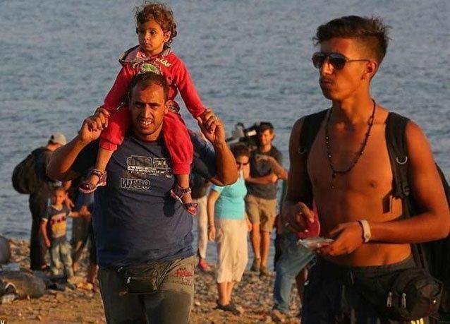 """بالصور : """"سيلفي اللاجئين """" احتفالا في الوصول الى بر الأمان"""