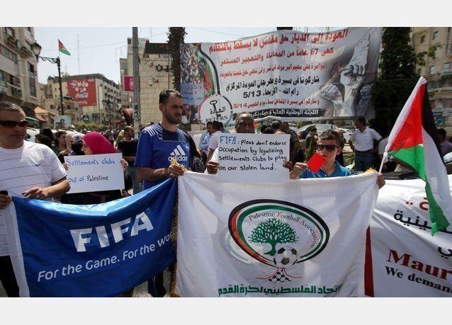 رئيس الفيفا سيب بلاتر يحاول منع الفلسطينيين من إيقاف عضوية إسرائيل بالفيفا بمباراة سلام