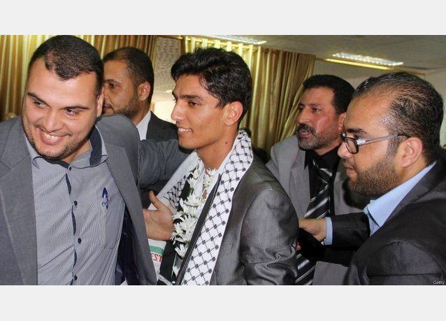 بالصور: الاحتلال الاسرائيلي يمنع إدخال سيارة محمد عساف الفائز بأراب أيدول إلى غزة