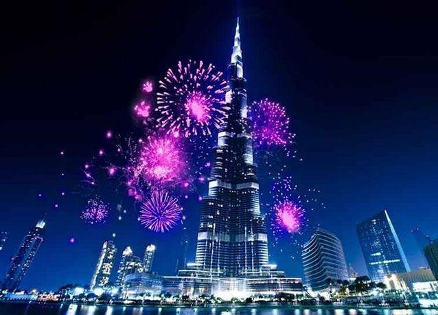 الألعاب النارية تضيء برج خليفة في دبي رغم حريق بفندق قريب