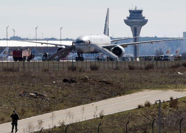"""بالصور : إخلاء طائرة سعودية بمدريد بسبب """"بلاغ كاذب"""" بوجود قنبلة قبل توجهها إلى الرياض"""