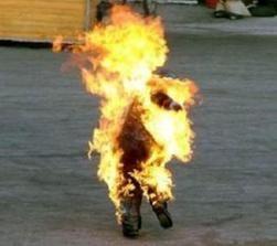سعودي يقتحم اجتماعاً ويهدد بإحراق نفسه بالبنزين