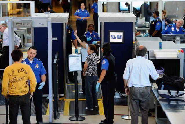 اعتقال اللاجئين الذين وصلوا المطارات الأميركية