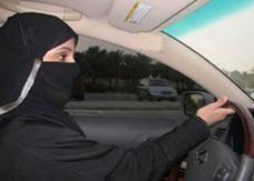 سعودية أخرى تقود سيارة في المدينة دون أن يعترضها أحد