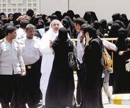 500 طالبة سعودية يقتحمن جامعة أم القرى ويعتدين على موظفاتها
