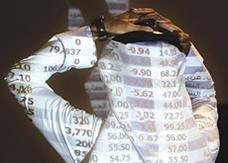 البورصة السعودية تتراجع إلى أدنى مستوى منذ مارس
