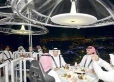 مطعم بحري في جدة يستقبل زبائنه بالرافعات
