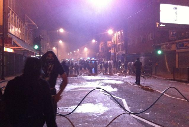 بالصور: اضطرابات أمنية في لندن إثر  مقتل شاب على يد الشرطة