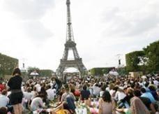 دعوة لإفطار جماعي في حدائق برج إيفل الباريسي عبر فيسبوك