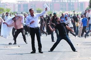 بالصور: اشتباكات بين مؤيدي مبارك ومعارضيه في ثالث جلسات محاكمته