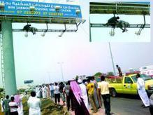 سعودي يحاول الانتحار بالقفز من لوحة إعلانات ويسقط على وسادة هوائية