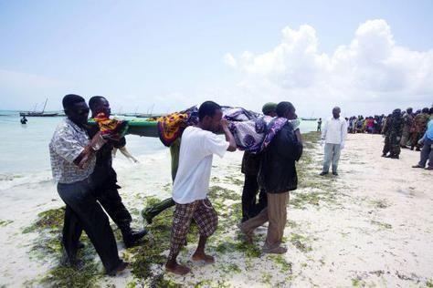 بالصور: الحمولة الزائدة تتسبب بغرق عبارة تنزانية وتقتل 240 شخص