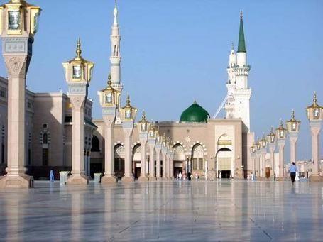 مقطع فيديو لإمام المسجد النبوي يترك صلاته يتفاعل على يوتيوب