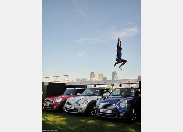 بالصور: بريطاني يقفز من فوق ثلاث سيارات ميني كوبر