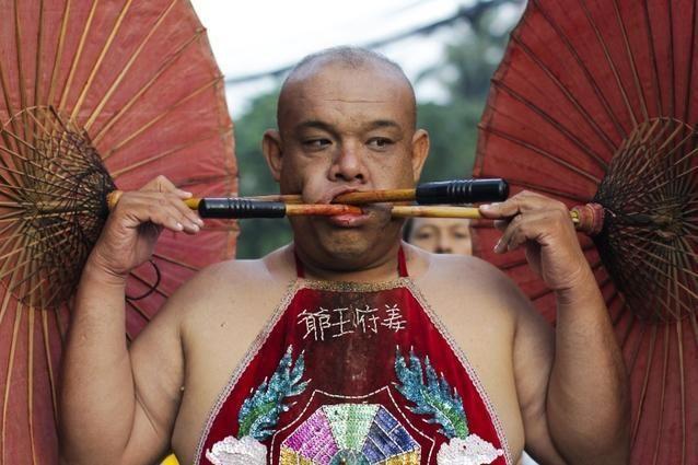 صور صادمة من تايلاند.. ثقب الجسد لطرد الأرواح الشريرة