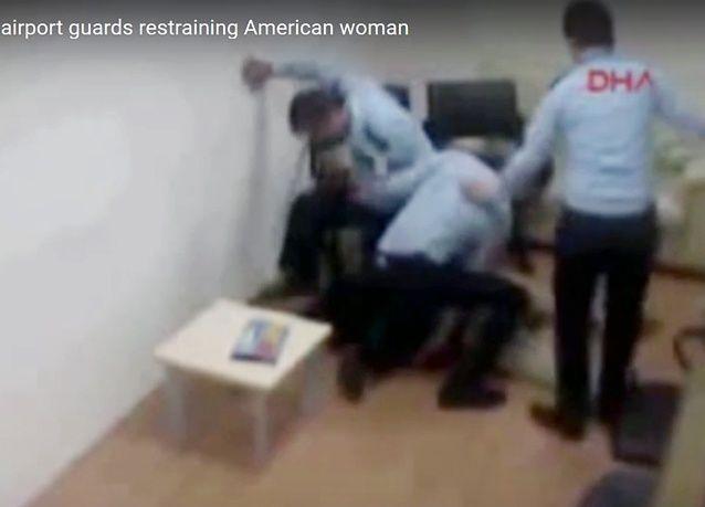الكشف عن  فيديو يظهر موظفي مطار إسطنبول يعتدون على مسافرة حتى الموت
