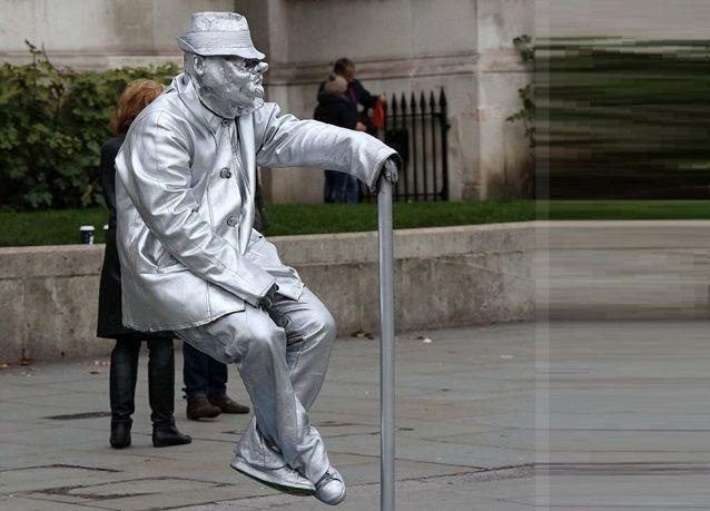 بالصور: هل تعمل بوظيفة تمثال لقاء راتب سخي؟