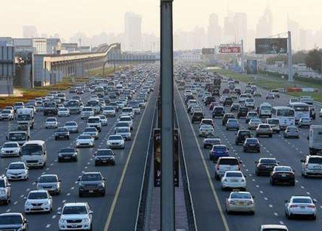 دبي: لتخفيف الازدحام، النظر في زيادة رسوم المواقف أو أسعار الوقود أو شرط الراتب لامتلاك سيارة