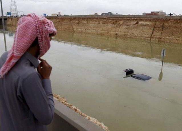 بالصور: أمطار غزيرة تعرقل حركة السير في قطر والسعودية