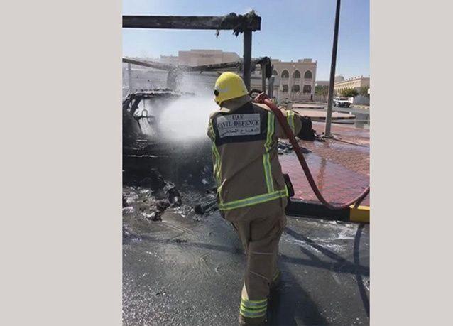 بالصور : حريق ضخم يلتهم مواقف سيارات في جامعة الشارقة
