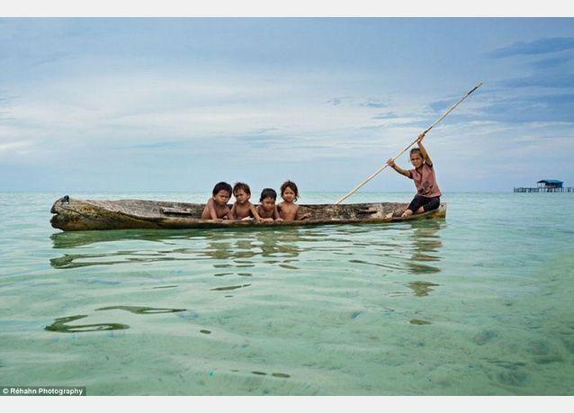 بالصور: أطفال غجر البحر يتعلمون السباحة قبل المشي