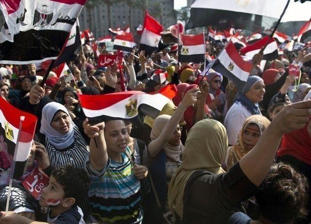 بالصور: مصريون يبتكرون دروعا بشرية لحماية النساء من التحرش الجنسي