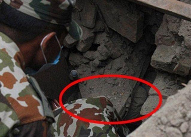 بالصور: إنقاذ رضيع من الموت بأعجوبة بعد زلزال نيبال