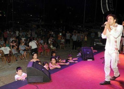 إمام تركي يقدم أغاني دينية على أنغام الروك