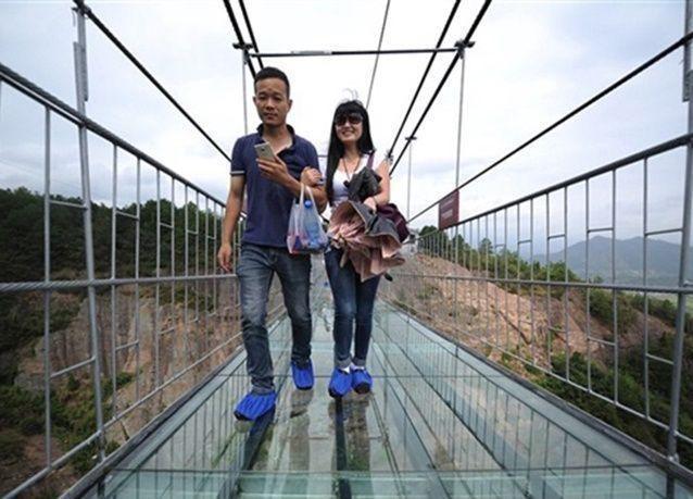 بالصور : أطول جسر زجاجي بالعالم