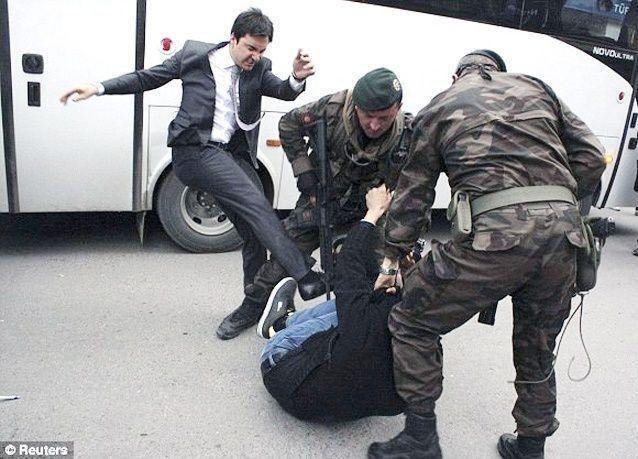 صورة مستشار أردوغان يركل متظاهرا تثير غضب الأتراك
